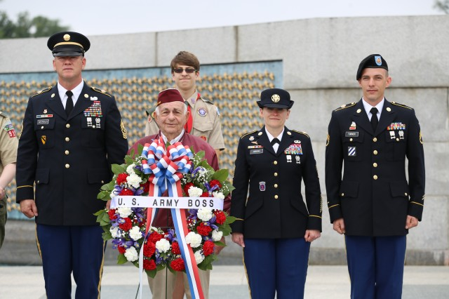 IMCOM leaders place wreath at WWII Memorial