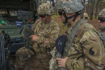 Virginia National Guard Soldiers learn new howitzer systems from 82nd Airborne