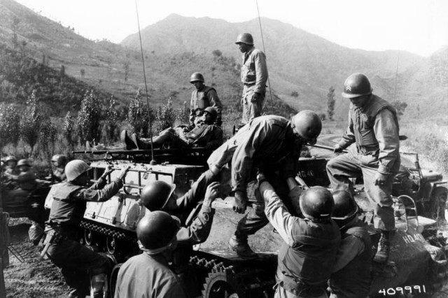 SC409991 - KOREAN CONFLICT Medical corpsmen of the 1st Battalion Aid Station, 31st Infantry Regiment, 7th U.S. Infantry Division, assist in helping wounded infantrymen of Companies D and L, 31st Regiment, following the fight for Hill 598, Oct. 14, 1952, at Kumhwa, Korea.