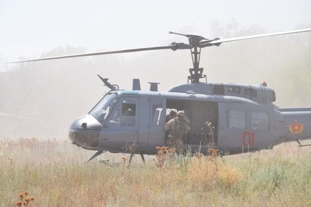 A Kazakhstani soldier informs the medical evacuation helicopter crew of the number of casualties Aug. 1, 2017, as part of a field training exercise for Exercise Steppe Eagle 17 at Illisky Training Center near Almaty, Kazakhstan.