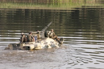 Mind the gap: Ukrainian airborne troops ford water gap