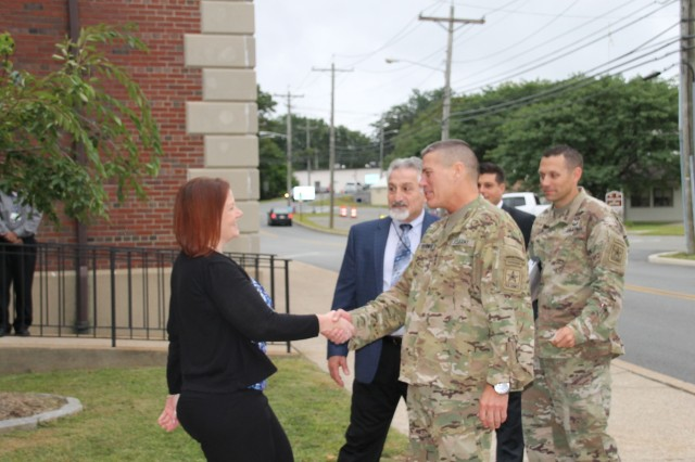 LTG Ostrowski (r.) presents an ASA(ALT) challenge coin to LMP's Sharon Ahearn (l.) during his visit to Picatinny Arsenal on 29 August 2017.