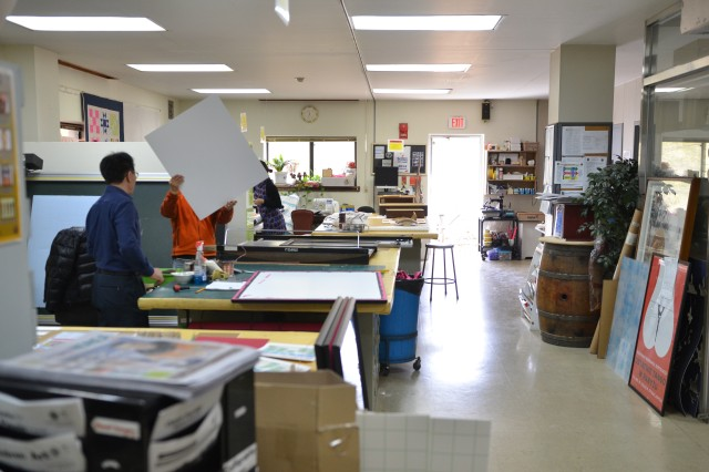Employees and customers are accelerating their final work projects at the Yongsan Arts & Crafts Center.