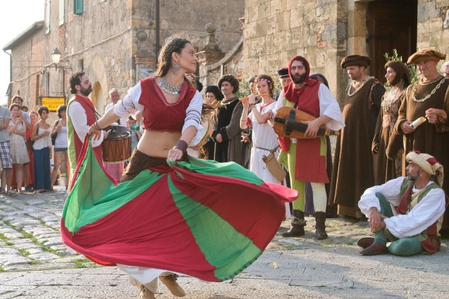 BiancoAzzurra -Medieval Festival, May 25-27 and June 1-3,  from 4:30 p.m., in Castiglion Fiorentino (Arezzo), at the Fortezza del Cassero; medieval market; flag-throwers, magic shows; medieval war music; horse shows; food booths feature typical medieval dishes; musical fireworks June 3; free entrance.