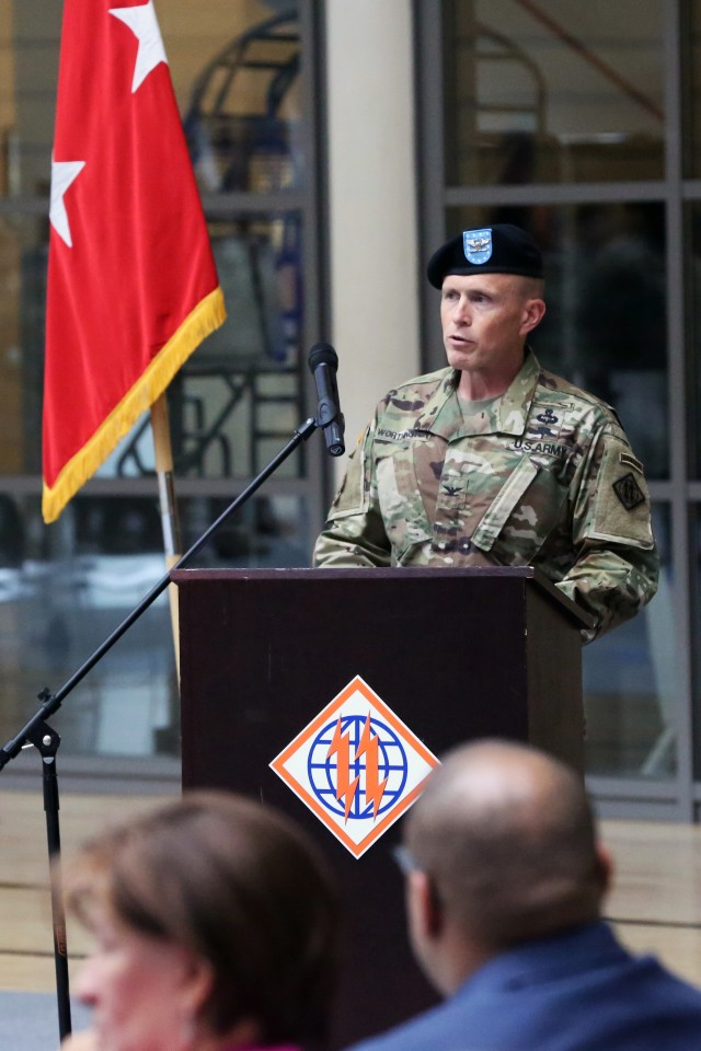 Worthington relinquishes command of 2nd Theater Signal Brigade