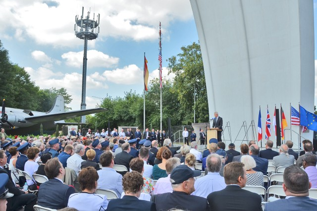 Visitors are welcomed to the Berlin Airlift 70th Anniversary commemoration event by Dr. Stefan Schulte on behalf of the Frankfurt Airport on June 26, 2018.