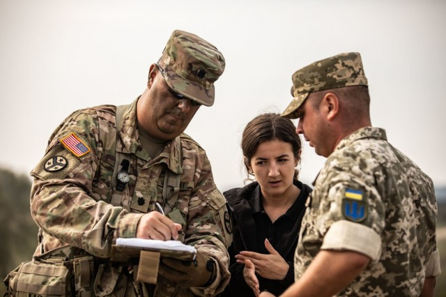 Lt. Col. Matthew Smith of the Tennessee Army National Guard speaks with a Ukrainian Soldier during Rapid Trident 18 held at the Yavoriv CTC, Ukraine, Sept. 3.