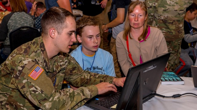 Army Cyber holds workshop for local Iowa teens at CornCon