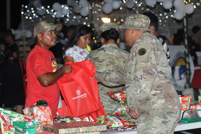 Soldiers help at Holiday Fair