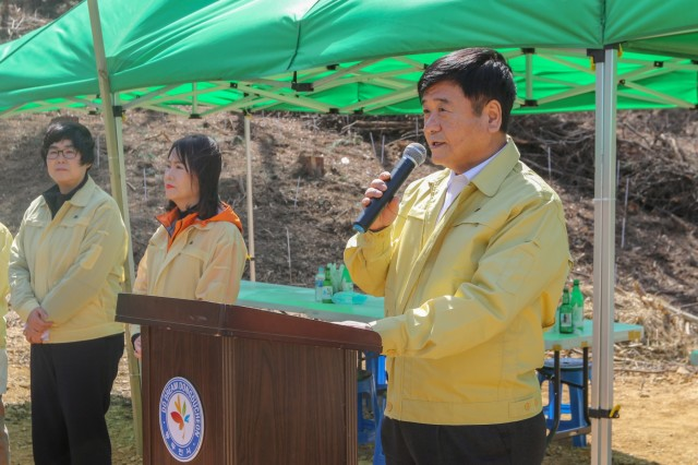 Dongducheon Mayor Choi, Yong-deok greets ROK citizens and U.S. Soldiers while emphasizing the importance of Arbor Day at the 74th Annual City Hall Arbor Day celebration, April 5, 2019, Dongducheon, Republic of Korea. ROK citizens and U.S. Soldiers planted 3,000 trees at Tapdong Elementary School to maintain and cultivate forests in their local community. (U.S. Army photo by KATUSA Cpl. Jang, Taemin)