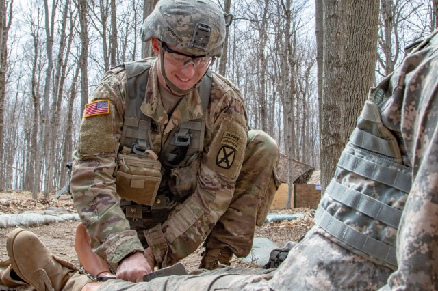 """1st Lt. Hoffman, 3rd Squadron, 71st Cavalry Regiment, 1st Brigade Combat Team, 10th Mountain Division, demonstrates how to splint a fractured leg during Expert Infantryman Badge training, Fort Drum, N.Y., Apr 23, 2019. Hoffman is one of the 645 1BCT EIB hopefuls who will compete for the coveted honor of """"True Blue,"""" earning 100% GO in all areas of the EIB starting Apr 29. (U.S. Army photo by Staff Sgt. James Avery, 1BCT10 Public Affairs)"""