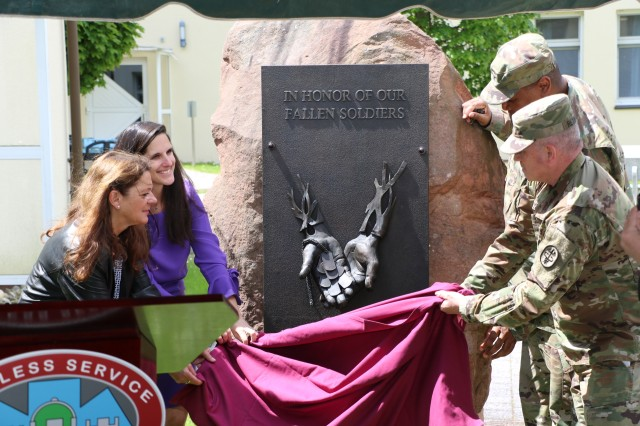 Leaders from Landstuhl Regional Medical Center and the Deutsche Stiftung Organtransplantation, the organization responsible for coordinating organ donations in Germany, unveil the new Fallen Soldier Donor Memorial Plaque during a small ceremony in the LRMC Memorial Garden, May 28.
