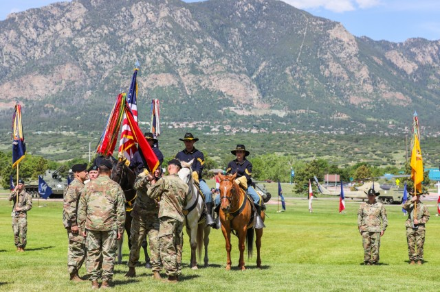Command Sgt. Maj. Vincent Simonetti, outgoing senior enlisted leader for the 2nd Infantry Brigade Combat Team, 4th Infantry Division, passes the 2IBCT colors to Col. Dave Zinn, outgoing commander for 2IBCT, during a 2IBCT, 4th Inf. Div. change of leadership ceremony, June 13, 2019, on Fort Carson, Colorado. Zinn and Simonetti relinquished authority and responsibility of the brigade to Knight and Command Sgt. Maj. Steve R. Chandler Jr. (U.S. Army photo by Staff Sgt. Neysa Canfield)