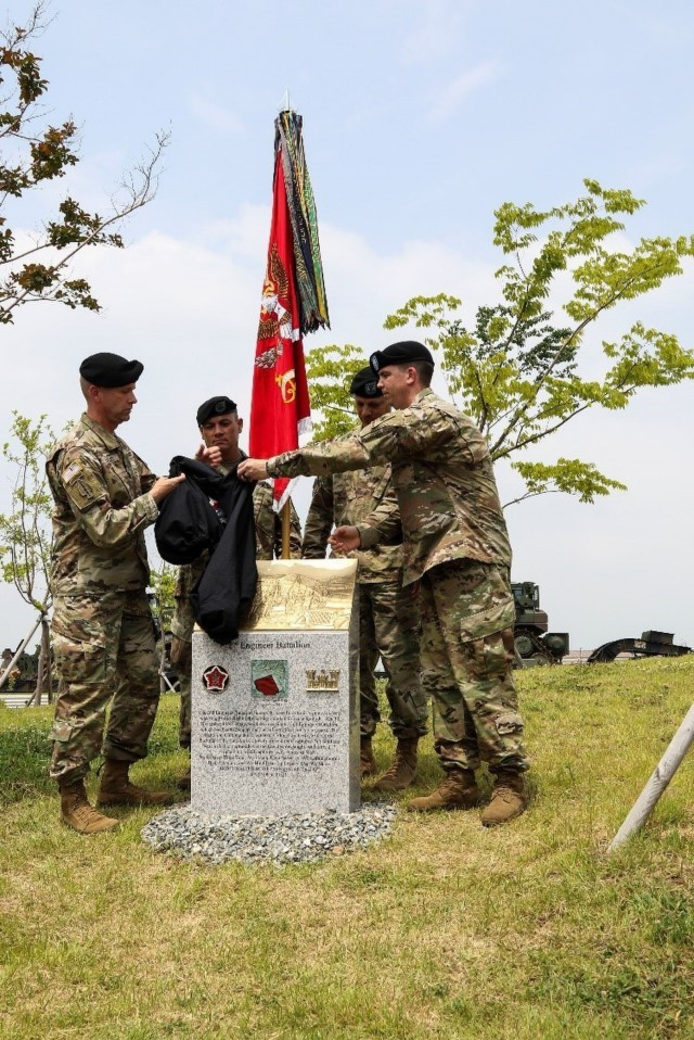 2IDRUCD Soldiers dedicate a monument to 2BEB