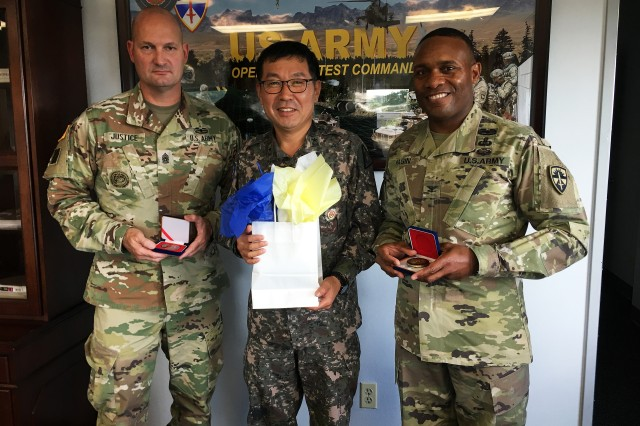 WEST FORT HOOD, Texas — U.S. Army Operational Test Command's Command Sgt. Maj. William A. Justice (left) and OTC Commander Col. Ronald R. Ragin (right) had a gift exchange Thursday with Brig. Gen. Hyun, Seungha (center) who is Commander of the Test and Evaluation Group for the Republic of Korea Army. Hyun visited OTC to become familiar with operational test and evaluation processes and to share good practices, while enhancing the relationship between both Armies.