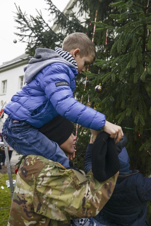'Headhunter' Soldiers bring Christmas spirit to local children