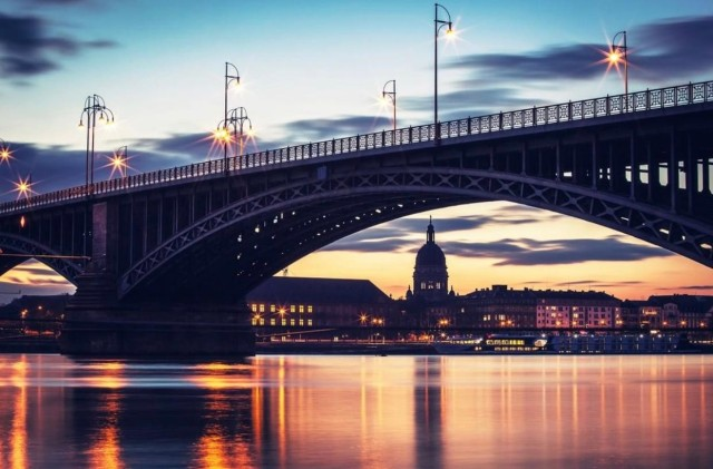 The Theodor Heuss Bridge is an arch bridge over the Rhine River connecting the Mainz-Kastel district