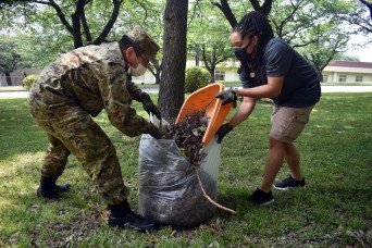 Camp Zama BOSS beautifies park with JGSDF members