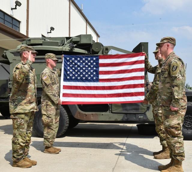 Garrison commander reenlists 1st Signal NCO