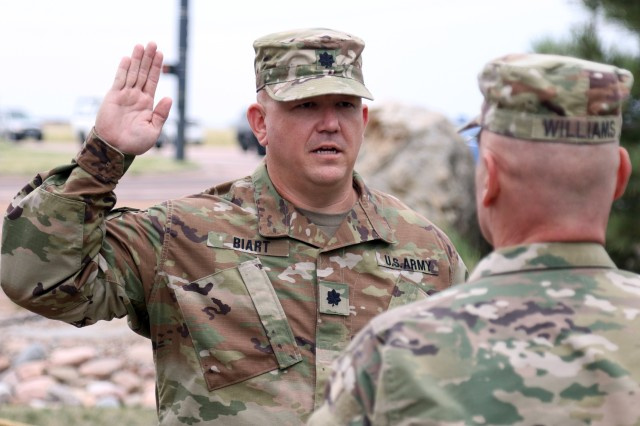 Army Lt. Col. Tim Biart reaffirms his oath as a commissioned officer during an Aug. 28 ceremony in which he was promoted to lieutenant colonel in Colorado Springs. (U.S. Army National Guard photo by Staff Sgt. Zach Sheely)