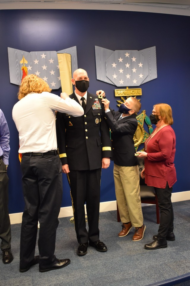 Maj. Gen. Thoms promotion ceremony - Family attaches new shoulder boards