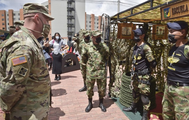 Brig. Gen. Douglas Lowrey, commander of U.S. Army Security Assistance Command, meets with Colombian Escuela de Asalto Aéreo (aerial assault) commandos during day 4 of a key leader engagement with the Colombian Army at the Canton Norte base in Bogota, Colombia, 8 April 2021. Brig. Gen. Lowrey, and members of his staff, visited several sites to see the impact of U.S. security assistance and foreign military sales, in support of the Colombian military in defending their country from counter-narcotic and terrorist threats. (U.S. Army photo by Richard Bumgardner)