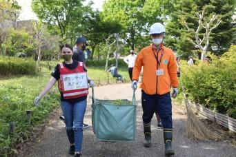 MEDDAC – Japan Soldiers nurture partnership through local park cleanup