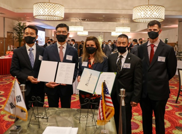 ROK and U.S. Army Leaders Sign Memorandum of Understanding