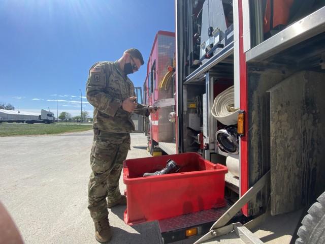 Specialistul Joshua Jones, un pompier repartizat la baza forțelor aeriene Mikhail Kogalniceno, România, efectuează un inventar al echipamentelor alături de unul dintre camioanele de pompieri desemnate acolo pe 18 mai.  Jones, detașat din Garda Națională a Armatei Kentucky, este unul dintre cei 60 de oameni care alcătuiesc direcția.  Serviciile de urgență aici și Bulgaria protejează sute de militari și parteneri americani în timpul DEFENDER-Europe 21 (Fotografie de Jason Tudor)