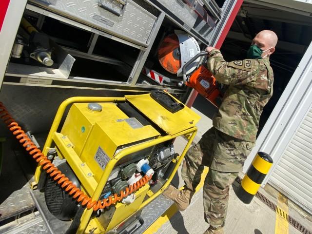 Specialistul Trevor Boss, un pompier repartizat la baza forțelor aeriene Mikhail Kogalniceanu, România, scoate un ferăstrău de incendiu / salvare dintr-un camion de pompieri în timp ce inspecta operațiunile de dimineață din 18 mai.  Boss, detașat din Garda Națională a Armatei Kentucky, este una dintre cele aproximativ 60 de persoane care alcătuiesc Direcția Serviciilor de Urgență aici, iar Bulgaria protejează sute de militari americani și asociați în timpul exercițiului DEFENDER-Europe 21 (Foto de Jason Tudor)