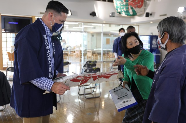 USAG Japan Commander Col. Thomas R. Matelski, left, receives a kite made from bamboo he harvested on Camp Zama last fall. This came after a tour of the Sagami Giant Kites Center that the Sagami Giant Kite Preservation Association, Kassaka District, gave Matelski, USAG Japan Command Sgt. Maj. Justin Turner and their families May 12.