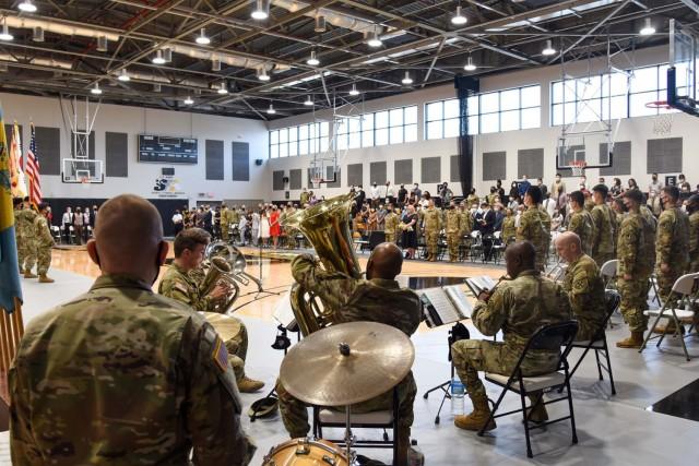 미 8군악대가 지휘봉 교체식에서 공연을 펼치고 있다.  7월 12일 한국 캠프 워커에서 열린 지휘식에서 브라이언 P. 대령.  Shoalhorn은 또한 차기 사령관이었고 Edward J.  미 육군 수비대 tagou는 Ballanco가 임무를 포기함에 따라 새로운 수비대 사령관을 환영합니다.