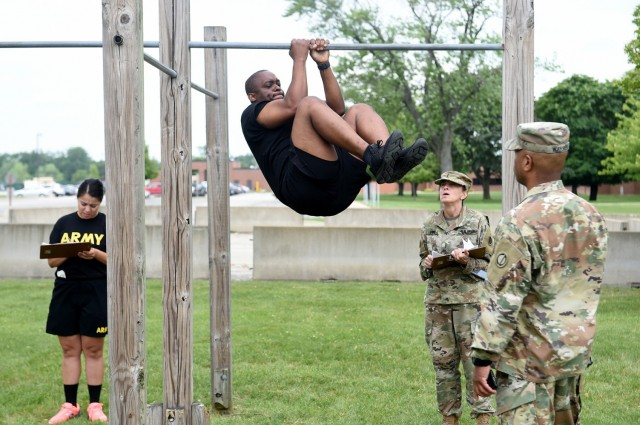 Master Sgt. Desmond J. Eskridge, Operations Non-commissioned Officer, 85th U.S. Army Reserve Support Command, performs a leg tuck during a diagnostic Army Combat Fitness Test, July 10, 2021. The U.S. Army expects to fully implement the ACFT in 2022, replacing the 40-year old Army Physical Fitness Test.    (U.S. Army Reserve photo by SSG Erika F. Whitaker)