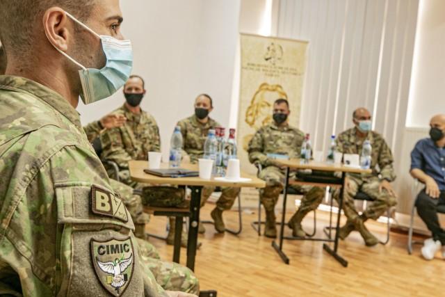 Echipa de Afaceri Civile a Armatei SUA 1523, Compania Bravo, Batalionul 415 Afaceri Civile și Batalionul 1 de Cooperare Civilă Militară-Română au condus o sesiune de întrebări și răspunsuri în timpul unei vizite de donație de la American Corners la Biblioteca Județeană Nicolae Melisko Spătarul din Vaslui, România pe 5 august 2021. AJUT Evenimentul American Corners întărește angajamentul armatei SUA de a construi legături puternice în cadrul comunităților națiunilor aliate, precum și interoperabilitatea echipelor noastre cu militarii NATO.