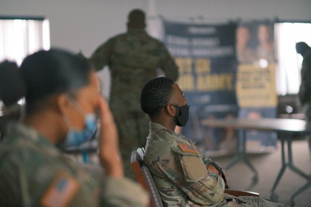 Soldiers discuss eliminating powerpoint slides during SHARP training