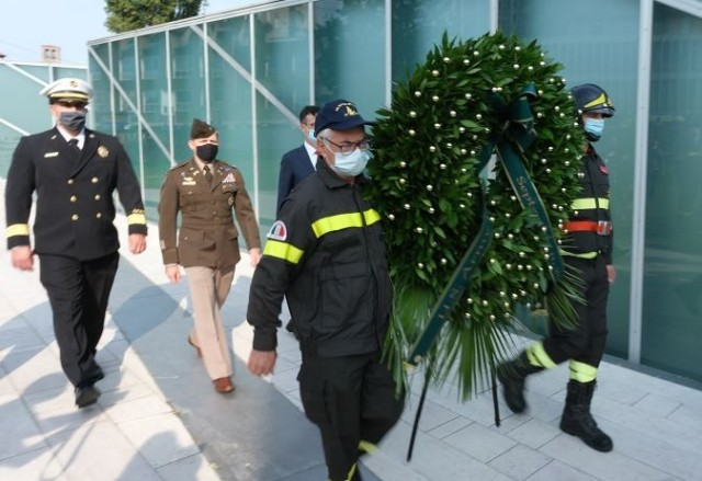 Col. Matthew Gomlak, commander of U.S. Army Garrison Italy, joined U.S. and Italian firefighters to present a wreath in Padova, Sept. 11.2021.